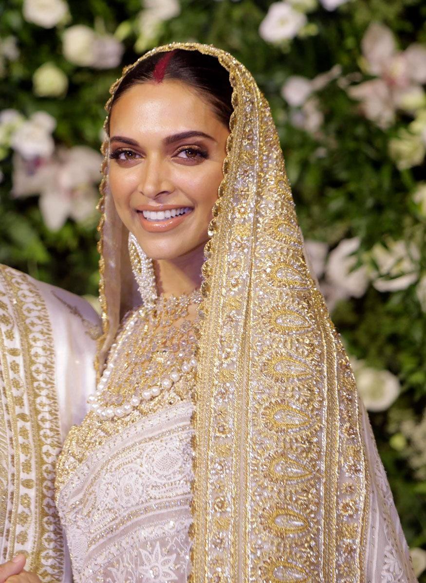 મુંબઇમાં આપેલા રિસેપ્શનમાં દીપિકાએ ગોલ્ડન અને વ્હાઇટનું કોમ્બિનેશન પહેર્યુ હતું જેમાં તે જાજરમાન લાતી હતી