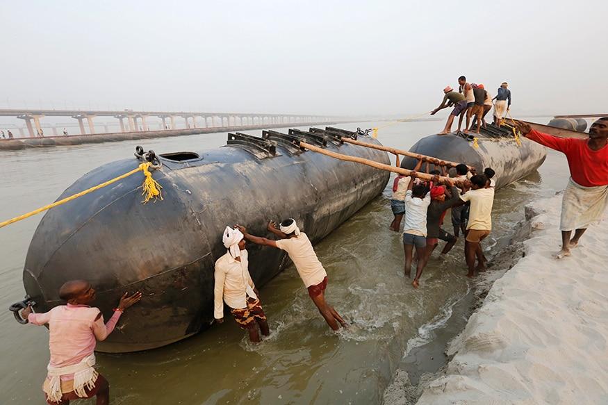 ધસમસતી વહેલી ગંગા નદીમાં પૂલ બનાવવા માટેની તૈયારાઓમાં લાગ્યા કામદારો