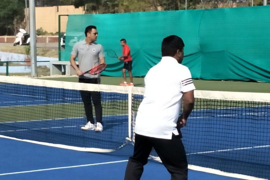 ટેનિસ રમતો ધોની.