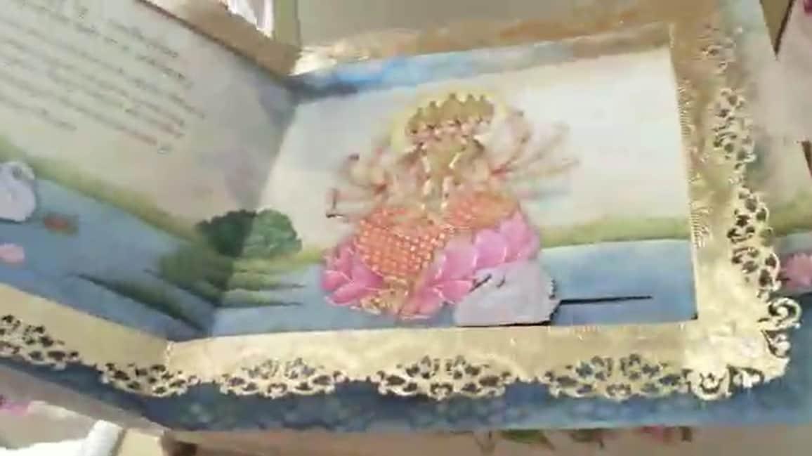 આ કંકોત્રીની ડીઝાઇનમાં ગાયત્રી મંત્ર અને ભગવાન શ્રી ગણેશના ફોટો પણ મુકવામાં આવ્યા છે. ઇશા અંબાણીની કંકોત્રી બનાવવા માટે વિશેષ મટીરીયલ લાવવામાં આવ્યું હતું