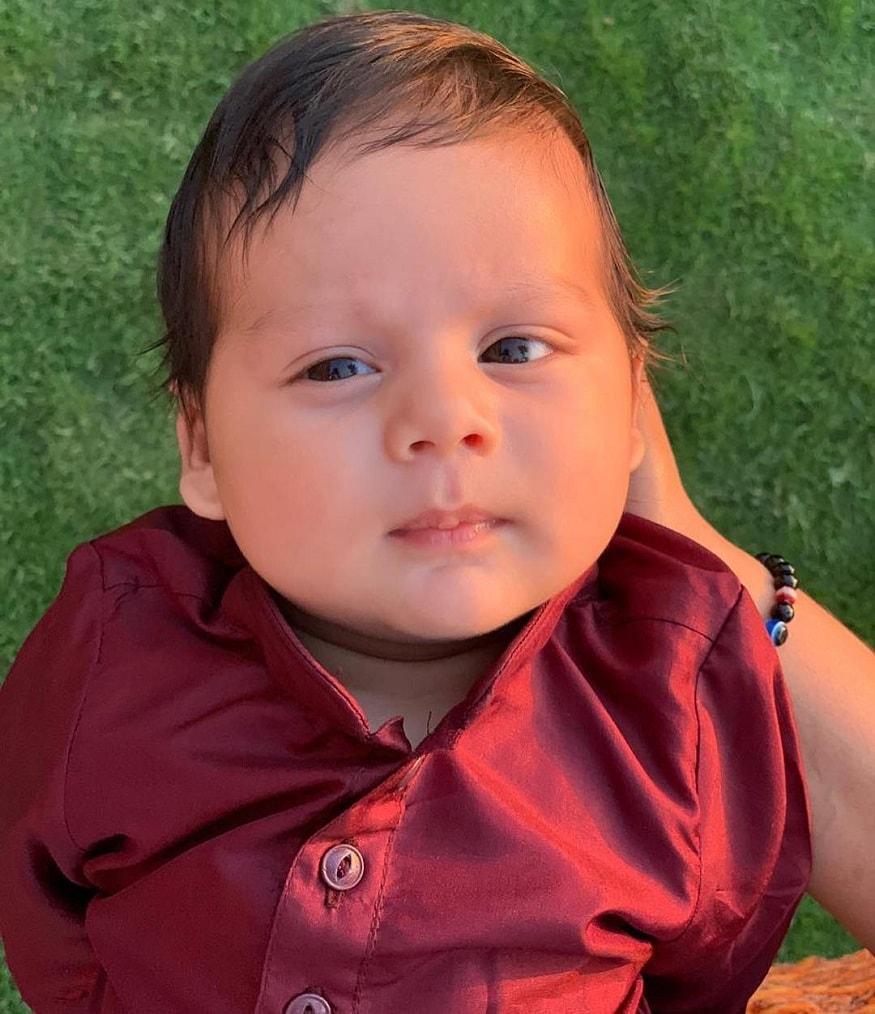 દીકરાની પહેલી તસવીર શેર કરતાં મીરાએ લખ્યુ છે. 'Hello World'