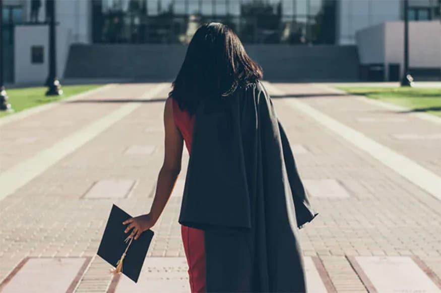 પીડિત મહિલા પ્રોફેસર ગાંધીનગરની એક યુનિવર્સિટી ખાતે ફરજ બજાવે છે. વિદ્યાર્થીને ઠપકો આપ્યા બાદ તેણે મહિલા પ્રોફેસરનો ફોટોગ્રાફ્સ પોર્ન વેબસાઇટ પર મૂકી દીધી હતો. (પ્રતિકાત્મક તસવીર)