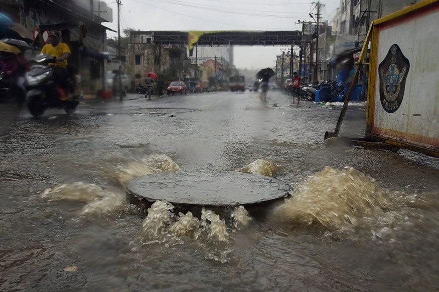 ભારે વરસાદને કારણે વિશાખાપટ્ટનમમાં શહેરની ગટરોનું પાણી બહાર આવી રહ્યું હતુ, રસ્તા પર પાણી ફરી વળ્યા હતા.