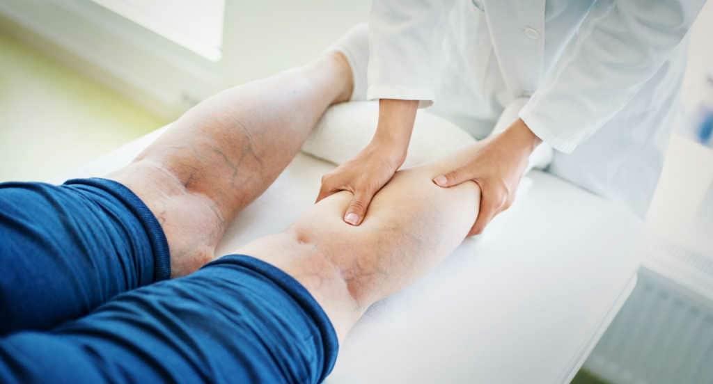 જો તમે સૂતા સમયે પગની નીચે મોટું ઓશિકું રાખીને સૂવો. તેનાથી આરામ મળે છે.
