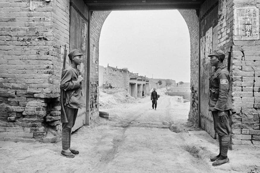 'મંચેર ઈલ્સ્ટ્રેટ પ્રેસ'નાં સ્વપ્નરૂપ એસાઈનમેન્ટમાં વોલ્ટર બોસાર્ડને ભારતમાં વધતા જતા અસંતોષ અને સ્વતંત્રતા ચળવળનાં રિપોર્ટીંગ માટે ભારત મોકલવામાં આવ્યા હતાં. માર્ચ 1930માં તેમણે એશિયાની આઠ માસની યાત્રા શરૂ કરી, કાર દ્વારા 20,000 કિલોમીટરને પાર કર્યા, વિવિધ શહેરો અને દેશોને પાર કર્યા અને વિવિધ પશ્ચાદભૂમિકા ધરાવતા 5000થી પણ વધુ લોકોનાં સંપર્કમાં આવ્યા.