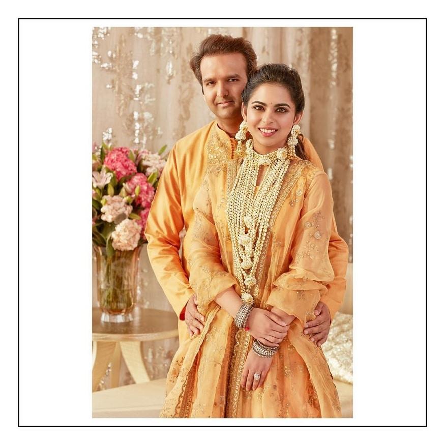ઇશા અંબાણી અને આનંદ પીરામલનાં લગ્ન વર્ષ 2018નાં સૌથી મોટા લગ્ન હતાં. આ લગ્નમાં ન ફક્ત દેશની મોટી હસ્તીઓ પણ વિદેશી હસ્તીઓ પણ શામેલ થઇ હતી.