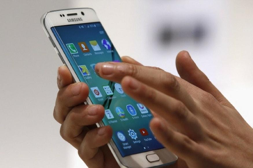ફેક્ટ્રી રિસેટ કરો - જો તમે એવું ઈચ્છતા હોય કે, ફોનમાં જે ડેટા એટલે કો ફોટો અને ગીતો તમને ન મળે તો જ આ સ્ટેપને ફોલો કરજો, કારણ કે, આ રીતે તમે જો તમારો ફોન અનલોક કરો છો તો, ફોનનો તમામ ડેટા ડિલીટ થઈ જશે. તો પણ આ રીત અપનાવી તમે તમારો ફોન અનલોક કરવા ઈચ્છો છો તો, તમને જણાવી દઈએ કે, તેના માટે તમારે પહેલા પોતાના ફોનને ઓફ કરી લો, ત્યારબાદ વોક્યુમ ડાઉન બટન અને પાવર બટનને એક સાથે કેટલીક સેકન્ડ સુધી દબાવી રાખો, કેટલીક સેકન્ડ આવું કર્યાબાદ તમે રિકવરી મોડમાં એન્ટર કરો. ત્યારબાદ તમે Yes, delete all user dataને ક્લિક કરો, ત્યારબાદ પોતાના ફોનને રિબૂટ કરી લો, આ રીતે આ રીતે તમારો ફોન અનલોક થઈ જશે.