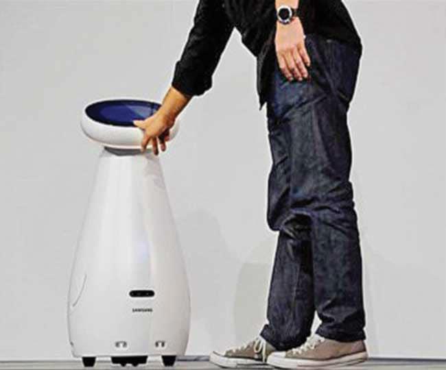 વ્હીલ પર ચાલતો સેમસંગનો 4.5 ફૂટ ઉંચો રોબોટ તમારા ઘરની હવા સુદ્ધ કરશે. સેમસંગનો વોટ કેયર રોબોટ વૃદ્ધોની સારસંભાળ માટે બનાવવામાં આવ્યો છે. જે રક્તચાપ, હાર્ટની સ્પીડ, દવાની યાદ અપાવવા સિવાય વાતો પણ કરી શકે છે. ટચ સ્ક્રિન વાળો અન્ય એક રોબોટ જાણકારી આપવા, ઓર્ડર લેવા ટેબલ પર ખાવાનું પીરસવાની કામગીરી કરી શકે છે.