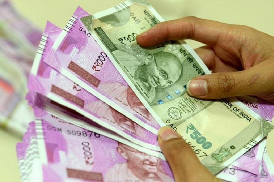 સૌપ્રથમ ક્યાંથી અને કેમ પૈસા જમા થયા છે તે જાણો : ભારતમાં દરરોજ આવા બનાવો સામે આવતા રહે છે જ્યાં કોઈના ખાતામાં અચાનક પૈસા જમા થઈ જાય છે. સૌપ્રથમ પૈસા કેમ જમા થયા છે તેનું કારણ શોધવું જરૂરી છે. અવારનવાર બેંક અથવા પૈસા ટ્રાન્સફર કરનાર વ્યક્તિની ભૂલને કારણે આવું થતું હોય છે. ખોટો એકાઉન્ટ નંબર દાખલ કરવાથી અથવા ખોટી રકમ ભરવાથી આવું થતું હોય છે. આજકાલ ઇન્ટરનેટ બેન્કિંગનો મોટાપાયે ઉપયોગ થઈ રહ્યો હોવાથી આવી ભૂલોની સંખ્યા ખૂબ વધી છે. જો ક્યારેક તમારી સાથે આવું થાય તે અમુક વાતોનું ધ્યાન રાખવું ખૂબ જરૂરી છે. નહીં તો તમે મુશ્કેલીમાં મૂકાઈ શકો છો.