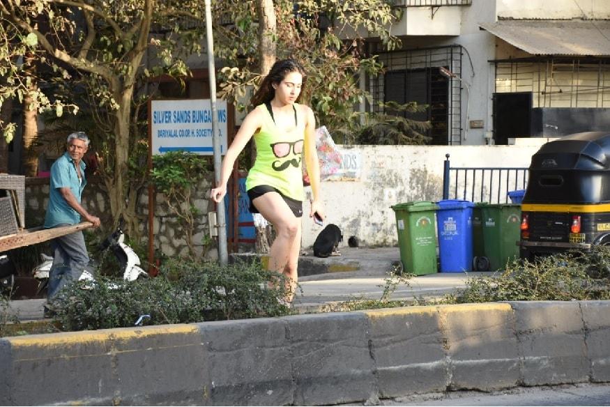 મુંબઇમાં રોડ ક્રોસ કરતી જોવા મળી સારા અલી ખાન