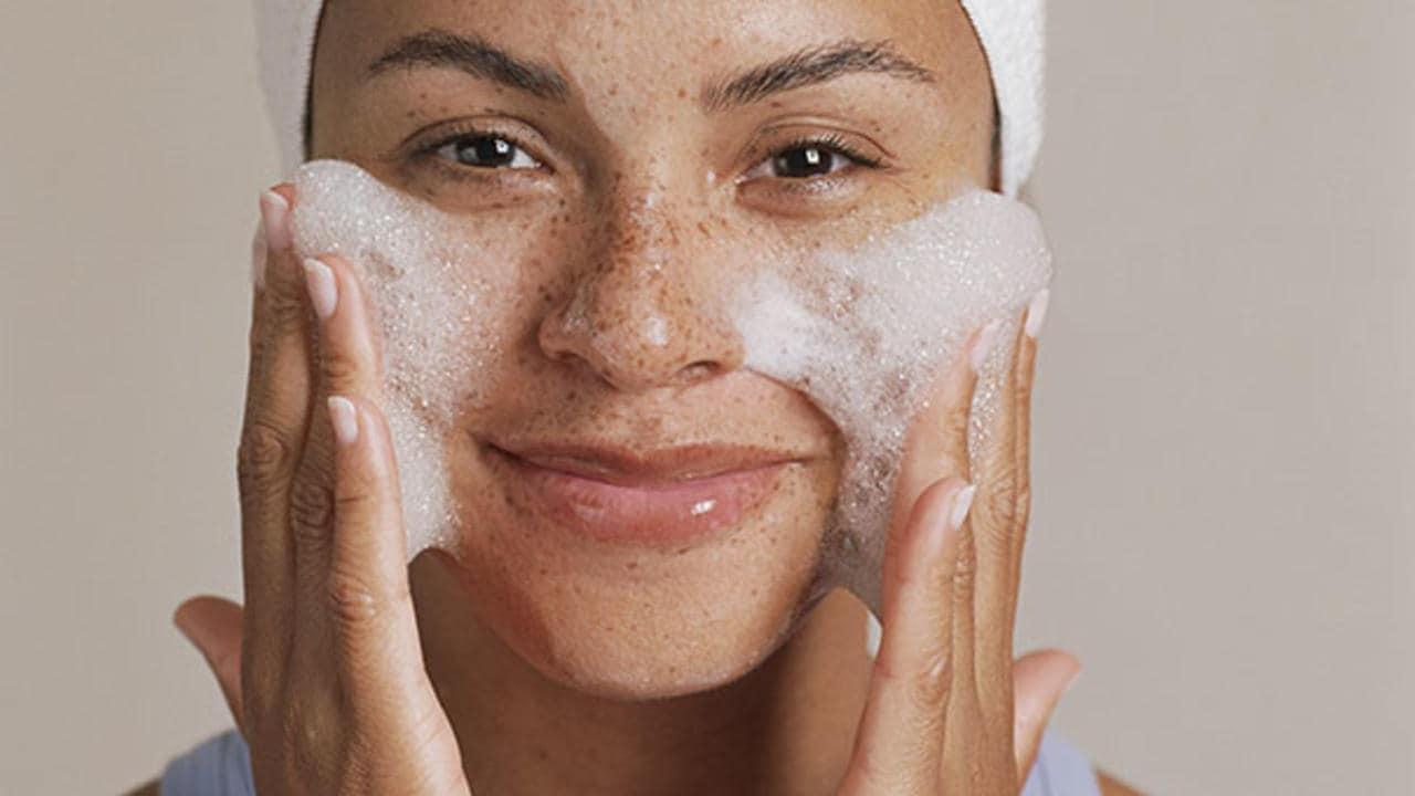 દિવસમાં ઓછામાં ઓછા બે વખત ફેસવોશ કરો. તેનાથી વધુ ધોવાથી ચામડીનું કુદરતી તેલ ખતમ થઈ શકે છે. ચહેરાના ગ્લો પણ સમાપ્ત થઈ શકે છે.