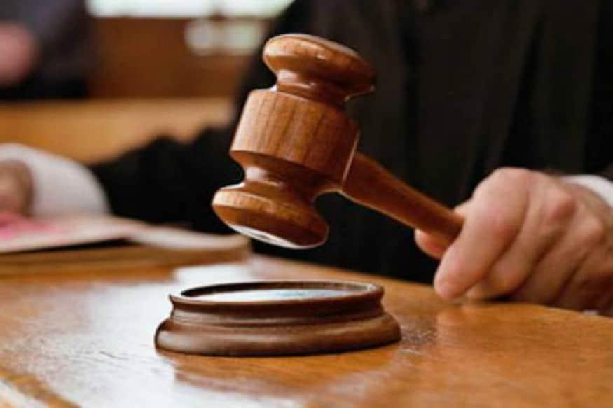 પ્રધાન ન્યાયાધીશ (CJI) જસ્ટિસ એસએ બોબડે બુધવારે એક સુનવણી દરમિયાન કહ્યું કે તે વકીલો અને જજ માટે નવો ડ્રેસ કોર્ડ જાહેર કરશે. આમાં ગાઉન કે કોટ પહેરવાની જરૂર નહીં હોય. વકીલ અને જજ બંનેએ ખાલી સફેદ શર્ટ અને બેન્ડ લગાવવું પડશે કામ કરવા માટે.