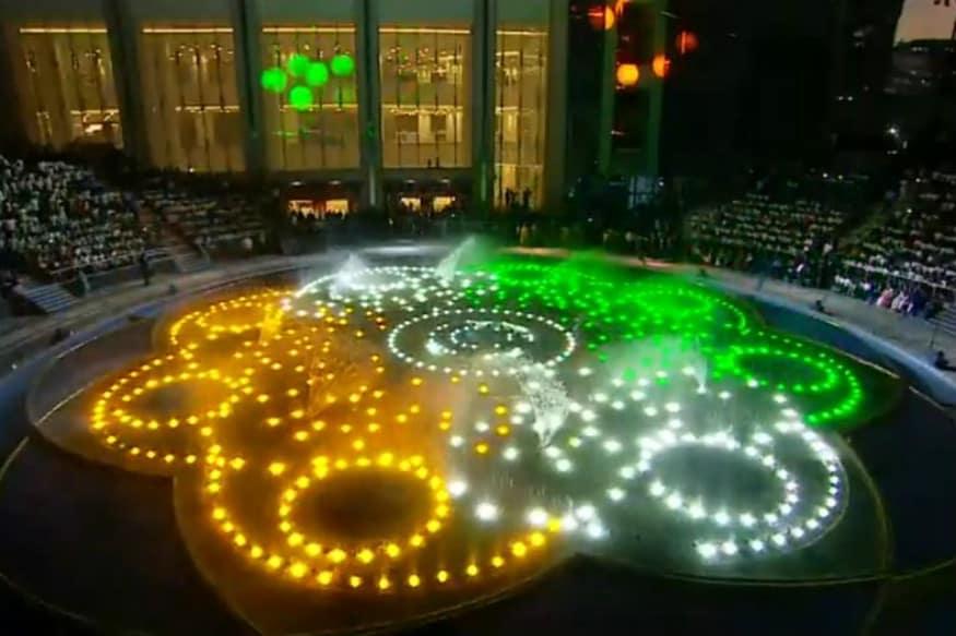 બાંદ્ર કુર્લા કોમ્બ્લેક્ષ ખાતે વિશ્વની તુલનાએ આવી શકે તેવા જિયો વર્લ્ડ સેન્ટરના પ્રવેશદ્વાર ધીરુભાઈ અંબાણી સ્ક્વેર ખાતે આકાશ અને શ્લોકના લગ્ન પ્રસંગની ઉજવણી સાથે આ વિશેષ કાર્યક્રમની આયોજન કરવામાં આવ્યું છે. લગભગ ૬૦૦થી વધુ LED લાઈટ્સ, ફાયર ઈફેક્ટ અને ૩૯૨ જેટલા ૪૫ ફૂટ સુધી પાણી છોડવા સક્ષમ નોઝલ અને ધુંધ છોડી શકે તેવી ખાસ વ્યવસ્થા ધરવતી આ જગ્યા મુંબઈકર માટે ખુલ્લી મુકવામાં આવી છે. એવી ધારણા છે કે મુંબઈવાસીઓ માટે ખુલ્લી જગ્યાએ એકત્ર થવા માટે આ એક પસંદગીનું સ્થળ બની રહેશે. (ફાઇલ તસવીર)