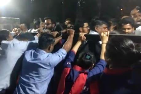JNU કેમ્પસમાં વિદ્યાર્થીઓનો હંગામો, VC બોલ્યા- 'મારી પત્નીને બંધક બનાવી'