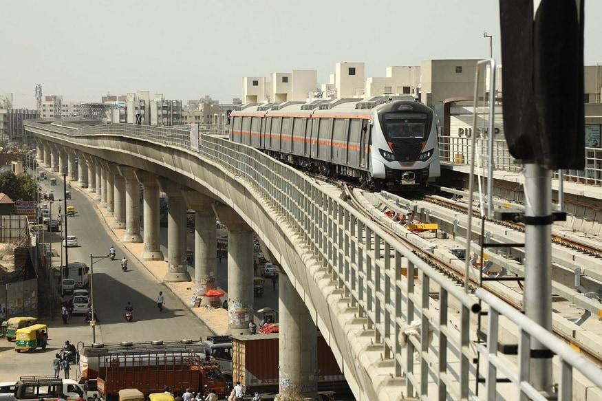વિદેશોમાં અનેક જગ્યાએ પાણીની નીચે ચાલતી ટ્રેનો વિષે તમે અત્યાર સુધી સાંભળ્યું હશે. પણ ભારતમાં પણ હવે તમે પાણીની નીચે ચાલતી ટ્રેનની મજા માણી શકશો. ભારતમાં કોલકાતામાં નદીની ચાલતી પહેલી મેટ્રો ટ્રેન લાઇનનું કામકાજ લગભગ પૂર્ણ થઇ ગયું છે. કોલકાતા મેટ્રોની આ નવી લાઇનનું ફેઝ 1 નું કામ પતી જતા હવે ટૂંક સમયમાં જ આ મેટ્રો સેવા શરૂ થઇ જશે.