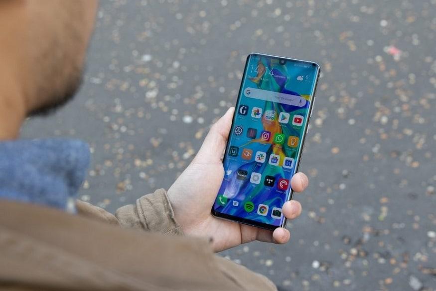 ચીનની સ્માર્ટફોન નિર્માતા હુવેઇએ ભારતમાં તેનો સ્માર્ટફોન હુવેઇ પી 30 પ્રોને લોન્ચ કરી દીધો છે, તાજેતરમાં જ કંપની ટીઝરને રજૂ કર્યુ હતુ. આ ફોન કંપનીનો ફ્લેગશિપ ફોન હશે. જો કે હુપેઇએ આ ફોન આ પહેલે પોરિસમાં લોન્ચ કર્યો હતો. કંપનીએ એવો દાવો કર્યો છે કે હુવેઇ P30 પ્રોમાં સૌથી અદ્યતન કેમેરો હશે. આ ઉપરાંત કંપનીએ એવું પણ કહ્યું છે કે સુપરસ્પૅક્ટ્રમ સેન્સર અને ઓપ્ટિકલ સુરરઝૂમથી સજ્જ ટેકનોલોજી કોઇપણ કેમેરાને ટક્કર આપી શકે છે.
