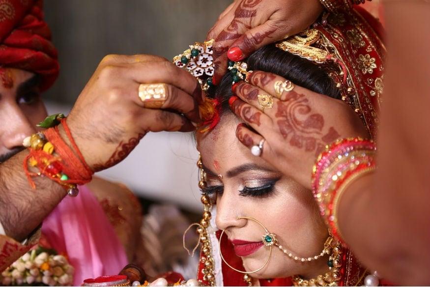 ભારતીય સમાજમાં સુંદર જીવનસાથીની જરૂર લગભગ દરેકને છે. મોટાભાગના છોકરાઓ ઈચ્છે છે કે તેમની પત્નીને સુંદર હોય. લવમેરેજ હોય કે અરેન્જ મેરેજ, સુંદરતાને સૌ પ્રથમ માનવામાં આવે છે. છોકરા સહિતના આખા કુટુંબની ઈચ્છા હોય છે કે તેમની પુત્રવધુ સુંદર હોય તો જ આવનારી પેઢી સુંદર આવશે.