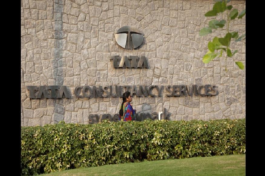 IIM અમદાવાદથી ભણનારા ગોપીનાથ વર્ષ 2001થી TCSમાં જોડાયેલાં છે. તેમને ફેબ્રુઆરી 2013માં કંપનીનાં મુખ્ય ફાઇનાન્સ ઓફિસરનું પદ આફવામા આવ્યું હતું. તેમણે REC ત્રિચુરાપલ્લીથી ઇલેક્ટ્રોનિક એન્જિનીયરિંગની ડિગ્રી મેળવેલી છે.