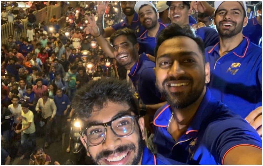 દર્શકો સાથે મુંબઈ ઇન્ડિયન્સના ખેલાડીઓએ સેલ્ફી પણ લીધી હતી.(Photo-IPL)