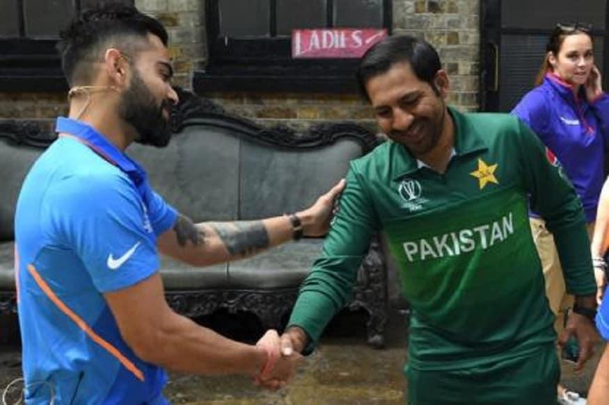 ભારત અને પાકિસ્તાન વચ્ચે 16 જૂને આઈસીસી વર્લ્ડ કપમાં મુકાબલો થશે. આ મુકાબલાની કરોડો ક્રિકેટપ્રેમીઓ આતુરતાથી રાહ જોઈ રહ્યા છે. પ્રશંસકો સાથે બંને ટીમોના ક્રિકેટરો પણ આ મુકાબલા માટે નવર્સ હોય છે. જોકે વર્લ્ડ કપની વાત આવે તો ભારતનો હાથ હંમેશા ઉપર રહે છે. આ વખતે પણ વિરાટ કોહલીની ટીમ પાકિસ્તાન સામે હોટ ફેવરિટ છે. વર્લ્ડ કપમાં ભારત અને પાકિસ્તાન વચ્ચે થયેલા મુકાબલા વિશે અમે તમને જણાવી રહ્યા છીએ.