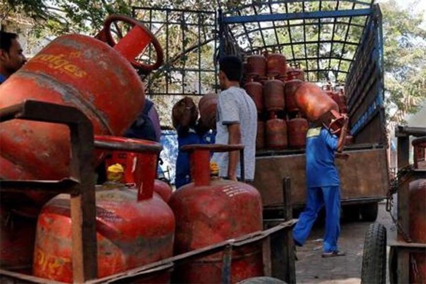 અન્ય શહેરોમાં રસોઈ ગેસ સિલિન્ડરની નવી કિંમત - કોલકાતામાં સબસિડી વગરના ગેસ સિલિન્ડરની કિંમત 706 રૂપિયા થઈ ગઈ છે. મુંબઈમાં 651 રૂપિયા જ્યારે ચેન્નાઈમાં 696 રૂપિયા થઈ ગઈ છે.