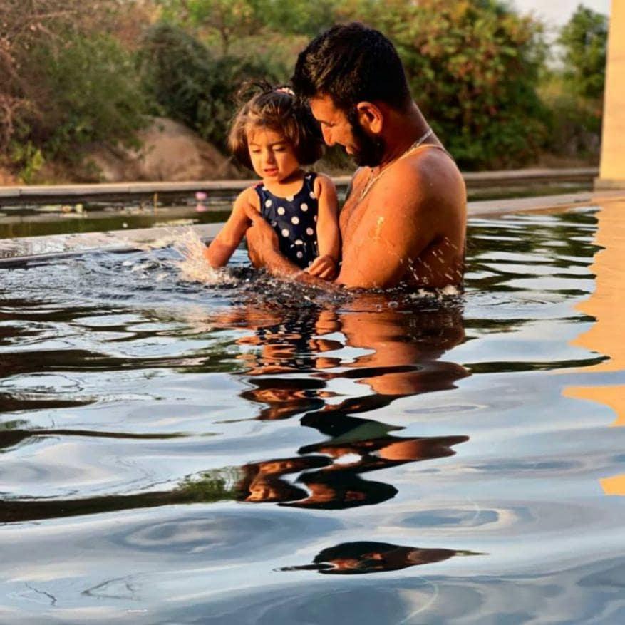 ચેતેશ્વર પુજારા- ઇન્ડિયન ટેસ્ટ ઓપનર ચેતેશ્વર પુજારા એક દીકરીનો પિતા છે.
