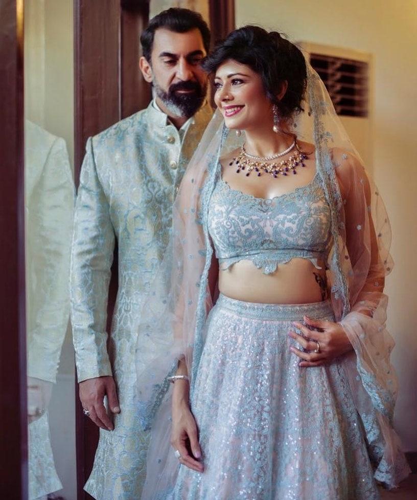 ન્યૂઝ18 ગુજરાતી : બોલિવૂડ અભિનેત્રી પૂજા બત્રા અને નવાબ શાહનાં લગ્નની તસસવીરો વાયરલ થઇ રહી છે. અલગ અલગ ફેન પેજ પર તેમની તસવીરો જોવા મળી રહી છે. અભિનેત્રી પૂજા બત્રા અને એક્ટર નવાબ શાહે ચુપકેથી લગ્ન કરી લીધા છે. લગ્ન માં ફક્ત નજીકના પરિવારજનો એ જ હાજરી આપી હતી.
