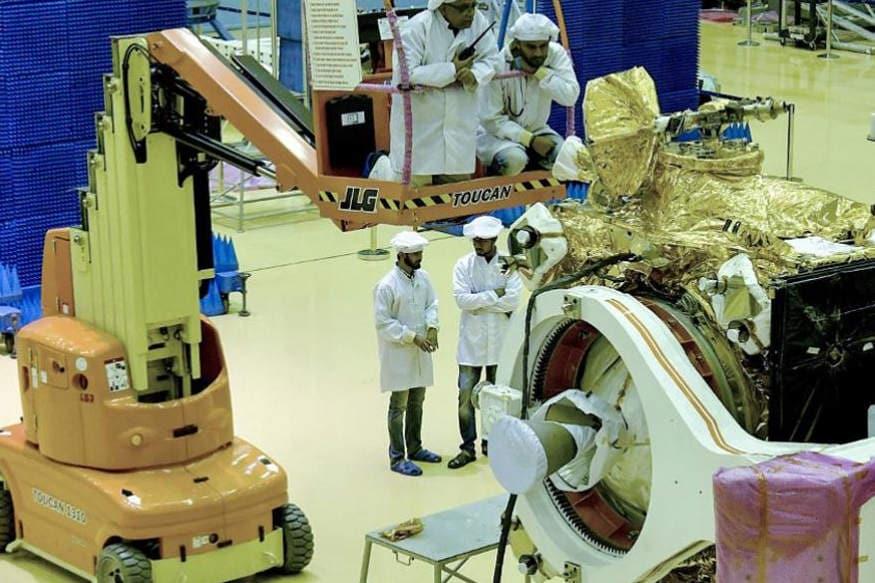 નોંધનીય છે કે, ચંદ્રયાન-2નું ઓરબિટર, લેન્ડર એન રોવર પૂરી રીતે ભારતમાં ડિઝાઇન કરવામાં આવ્યા અને બનાવવામાં આવ્યા છે. ઉપરાંત તે 2.4 ટન વાળા ઓરબિટરને લઈ જવા માટે પોતાના સૌથી તાકાતવાન રોકેટ લોન્ચર GSLV Mk IIIનો ઉપયોગ કરશે. ઓરબિટરની મિશન લાઇફ લગભગ એક વર્ષ છે.