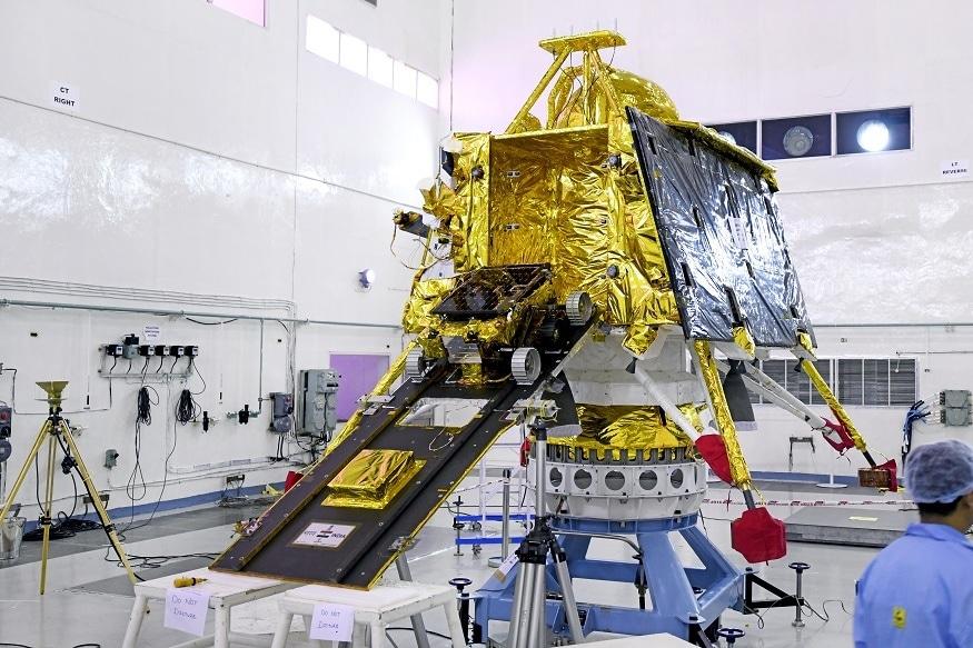 આંધ્રપ્રદેશ શ્રી હરિકોટામાં સ્થિત સતીશ ધવન સ્પેસ સેન્ટરથી 22 જુલાઇ એટલે કે આજે બપોરે 2:43 વાગ્યે ભારતનું ચંદ્રયાન-2 મિશન લોન્ચ થશે. જે ઇશરોના વૈજ્ઞાનિકોનું મહત્વપૂર્ણ મિશન માનવામાં આવે છે. ઇસરો અને ભારતના કાર્યક્રમના ઇતિહાસમાં આ પહેલી વખત છે કે આવી મહત્વાકાંક્ષી મિશન પાછળ મુખ્ય ભૂમિકામાં બે મહિલાઓ છે. મુથૈયા વનિતા પ્રોજેક્ટ ડાયરેક્ટર તરીકે, રિતુ કારિધાલ મિશન ડાયરેક્ટર તરીકે આ બે વિશિષ્ટ ચહેરાઓ કોણ છે અને તે શા માટે યાદ રાખવા જરુરી છે.