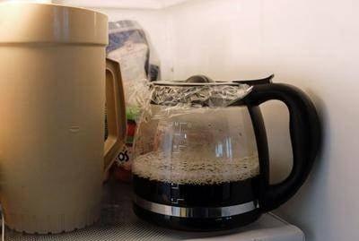 કોફી.....ભૂલીને પણ કોફીને ક્યારેય ફ્રીજમાં રાખવી જોઈએ નહીં. જો તમે આ કરો છો તો તે ફ્રિજમાં રાખેલી અન્ય તમામ ચીજોની ગંધ શોષી લે છે અને તેના કારણે બાકીની વસ્તુઓ પણ ઝડપથી બગડે છે.