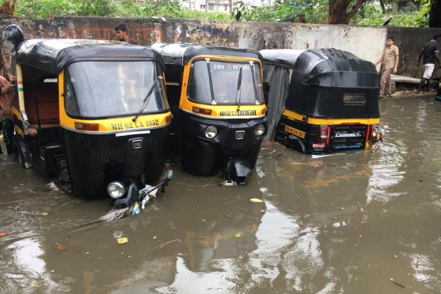 ભારે વરસાદથી અનેક વિસ્તારોમાં વાહનો પાણીમાં ગરક થઈ ગયા હતા. (Image: Rajesh Saple/News18)
