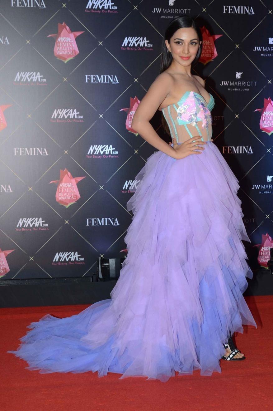 બોલિવૂડ અભિનેત્રી કિયારા અડવાણીએ મુંબઇના ન્યાકા ફેમિના બ્યૂટી એવોર્ડ્સ 2018માં આગમન સમયે કેમેરા સામે પોઝ આપ્યો હતો.