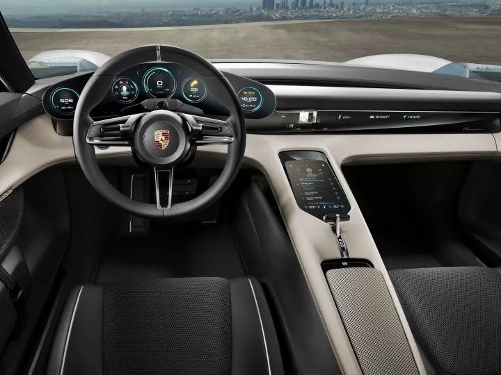 શેટ્ટીએ કહ્યું, 'આ 800 વોલ્ટ આર્કિટેક્ચર પર બનાવવામાં આવી છે, જેનો અર્થ છે કે ફક્ત 4 મિનિટના ચાર્જ પર રાખ્યા પછી કાર 100 કિલોમીટર સુધી ચાલશે. આ ઇલેક્ટ્રિક કાર સંપૂર્ણ ચાર્જ પર 500 કિલોમીટરનું અંતર નક્કી કરશે.