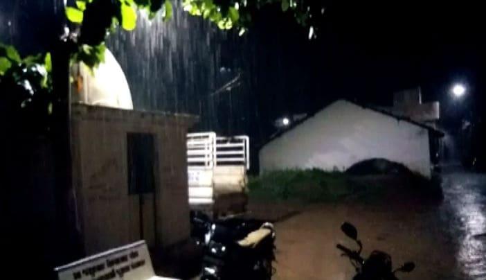 અરવલ્લીના બાયડ, માલપુર, મોડાસામાં 2 કલાકમાં 2.5 ઇંચ વરસાદ ખાબક્યો હતો. જ્યારે ધનસુરામાં બે કલાકમાં 2 ઇંચ વરસાદ પડ્યો હતો. જિલ્લાના ભિલોડા, મેઘરજમાં પણ સામાન્ય ગાજવીજ સાથે વરસાદ પડ્યો હતો.