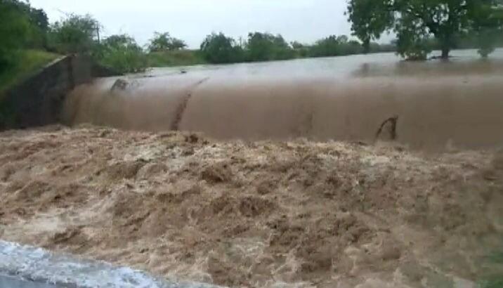 અમરેલી જિલ્લામાં વરસેલા વરસાદના કારણે જિલ્લાની નદીઓમાં નવા નીરની આવક થઈ છે. અમરેલીના સાવરકુંડલામાં આવેલા ચરખડીયા ચેકડેમ ઓવરફ્લો થયો હતો.