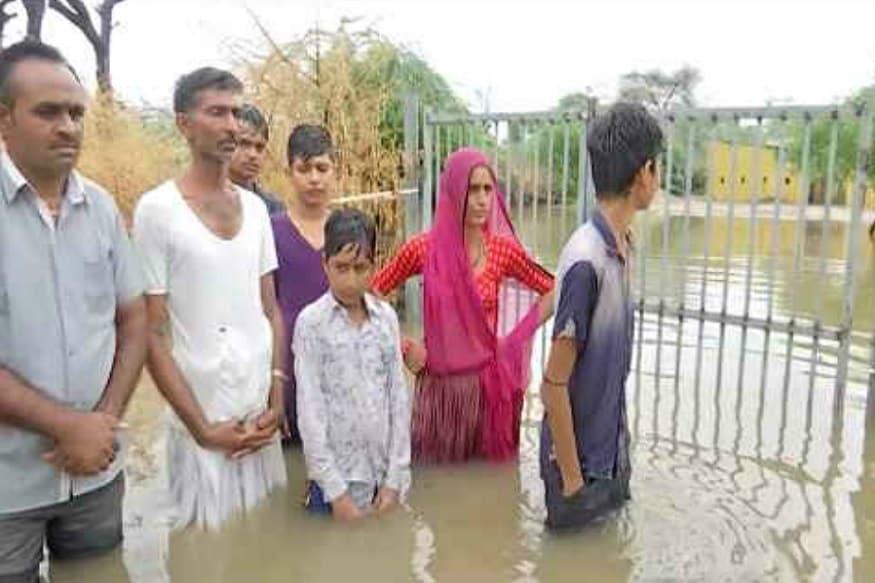ભારે વરસાદના પગલે ઉત્તર ગુજરાતના બનાસકાંઠામાં અનેક ગામોમાં પાણી ફરી વળ્યા છે. વાવના માકડા ગામે તળાવ ફાટતા 200 ગામોમાં પાણી ફરી વળ્યા છે.