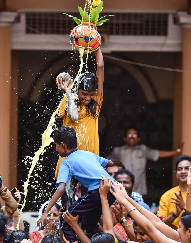 મુંબઇમાં એક સ્કૂલમાં દિવ્યાંગ બાળકો દ્વારા દહી હાંડીનો ખાસ કાર્યક્રમ રાખવામાં આવ્યો. (Image: PTI)