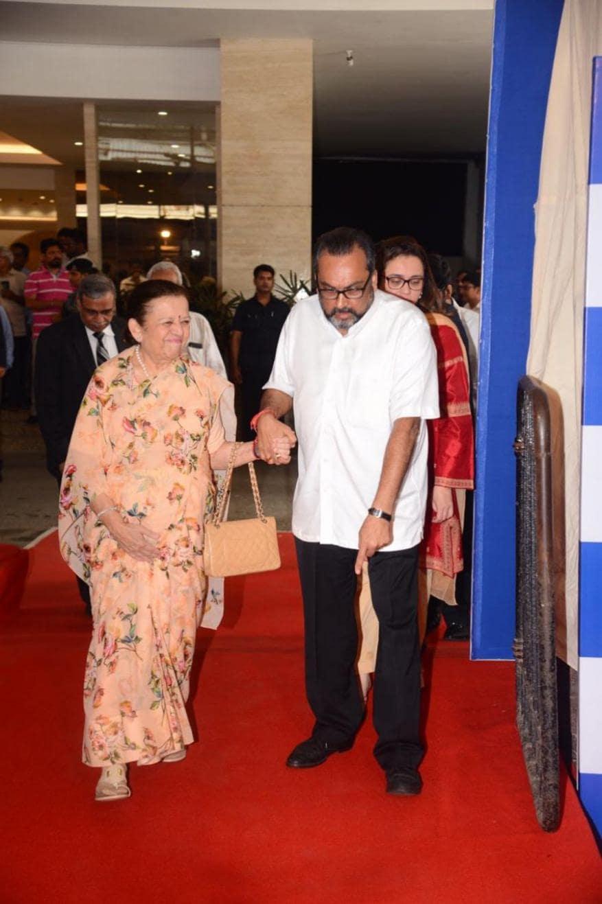 નીતા અંબાણીના માતા પૂર્ણિમાબેન દલાલ 42મી એજીએમમાં આવી પહોંચ્યાં હતાં. (તસવીર : Viral Bhayani)