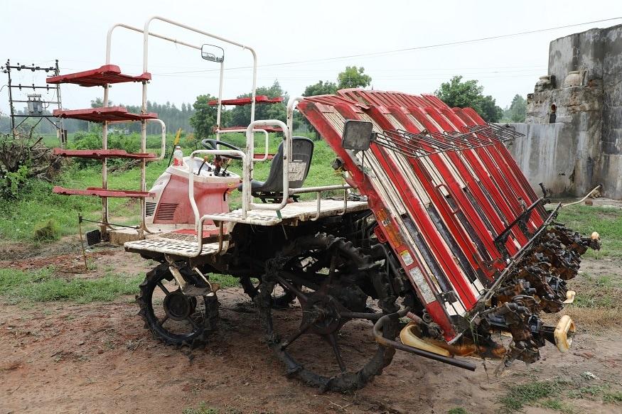 ગુજરાતના ખેડૂતો હવે આધુનિક ટેકનોલોજીનો ઉપયોગ કરી રહ્યા છે. પિસ્તાળીસ વર્ષના જયેશભાઈ ચીમનભાઈ પટેલ તેનું ઉદાહરણ છે. અમદાવાદ જિલ્લાના ધોળકા તાલુકાના આંબેઠી ગામના જયેશભાઈ ડાંગરની ખેતીમાં હવે 'રાઈસ ટ્રાન્સપ્લાન્ટર'નો ઉપયોગ કરી રહ્યા છે. મજાની વાત એ છે કે જયેશભાઈએ આ 'રાઈસ ટ્રાન્સપ્લાન્ટર'ની ખરીદી પહેલા યુટ્યૂબ પર તેના વિશે રિસર્ચ પણ કર્યુ હતુ. સવાલ એ થાય કે જયેશભાઈએ શા માટે ડાંગરની ખેતી મજૂરના બદલે મશીનથી કરવાનું નક્કી કર્યું. તેનું કારણ આપતા તે કહે છે કે, હવે ખેતીમાં મજૂરોની અછતવધતી જાય છે એટલે તેમણે ખેતીમાં આધુનિક ટેકનોલોજીનોઉપયોગ કરવાનું નક્કી કર્યું.