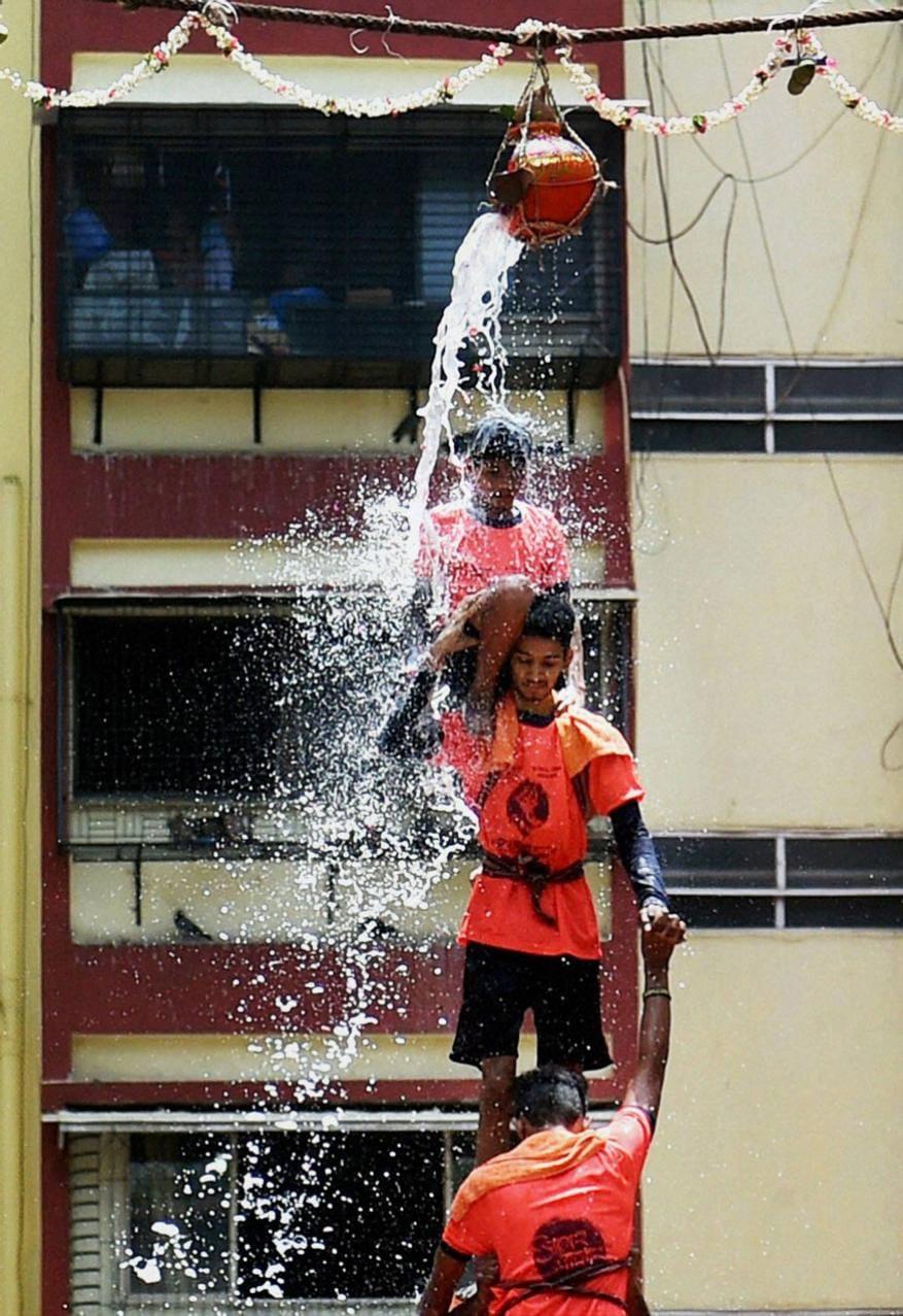 મુંબઇમાં ગોવિંદાઓ દ્વારા દહીં હાંડીનો વિશેષ કાર્યક્રમ (Image: PTI)