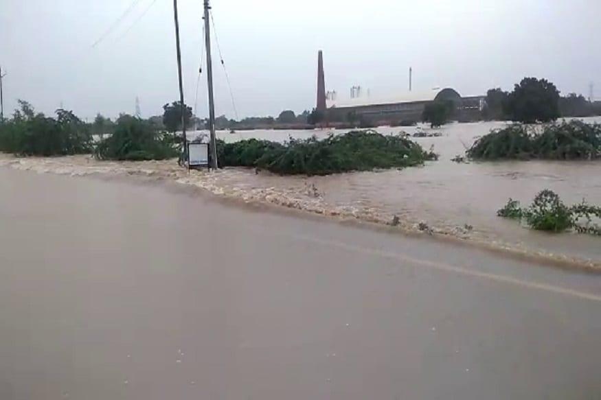 વરસાદના તાજા મળતા આંકડા પ્રમાણે સવારે છવાગ્યાથી સાંજના છ વાગ્યા સુધી ગુજરાતમાં સૌથી વધારે વરસાદ સુરતના ઉમરપાડા અને વલસાડના કપરાડામાં આશરે 12-12 ઇંચ જેટલો વરસાદ પડ્યો છે.