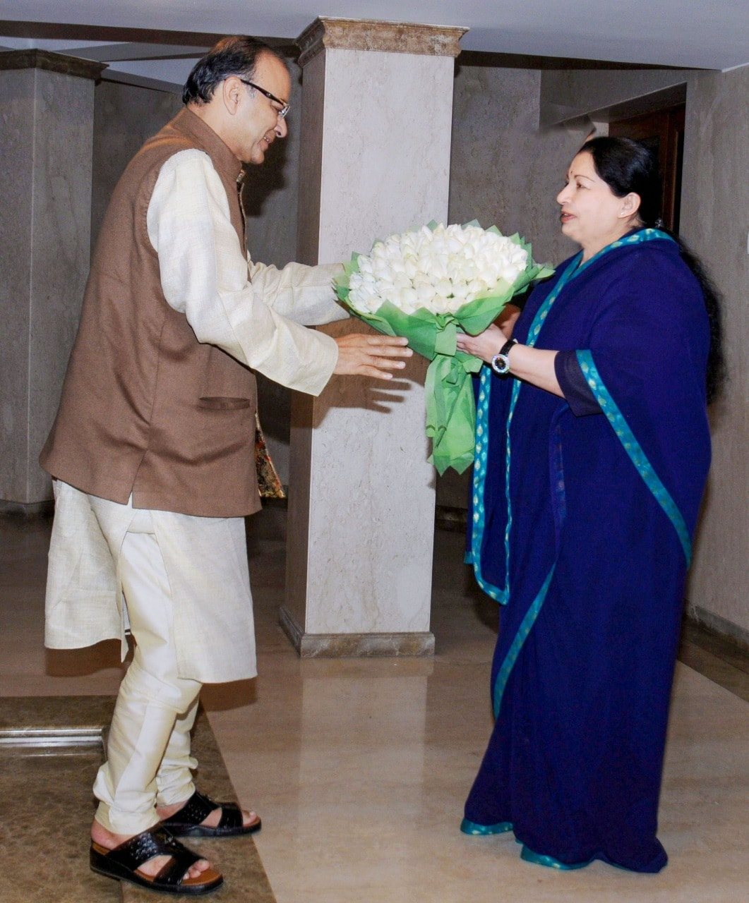 તમિલનાડુની પૂર્વ CM જયલલિતા સાથે પણ તેઓને સારો ઘરોબો હતો. જયલલિતા સાથેની તેમની તસવીર