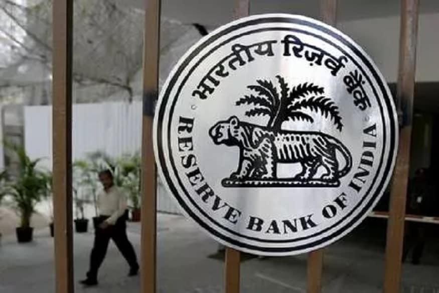 દેશની આર્થિક સુસ્તીને પહોંચી વળવા માટે RBIએ સરકારની મોટી મદદ કરી છે. RBIએ પોતાના સરપ્લસ ફંડમાંથી સરકારને 1.76 લાખ કરોડ રૂપિયા ટ્રાન્સફર કરશે. આ પૈસાનો ઉપયોગ મોદી સરકાર અર્થવ્યવસ્થાને ફરી પાટા પર લાવવા માટે કરશે. હવે પ્રશ્ન એ થાય છે કે, RBI કેવી રીતે આવક કરે છે. સાથે, અન્ય કયા રિઝર્વ આરબીઆઈ પોતાની પાસે રાખે છે. તમને જણાવી દઈએ કે, RBI બોર્ડ બેઠકમાં બિમલ ઝાલાન કમિટીની ભલામણોને માની લેવામાં આવી છે. ત્યારબાદ હવે સરકારને પૈસા ટ્રાન્સફર કરવામાં આવી રહ્યા છે. કેન્દ્ર સરકારને રોકોર્ડ 1.76 કરોડ રૂપિયા હસ્તાંતરિત કરવાની મંજૂરી આરબીઆઈ બોર્ડે આપી છે.