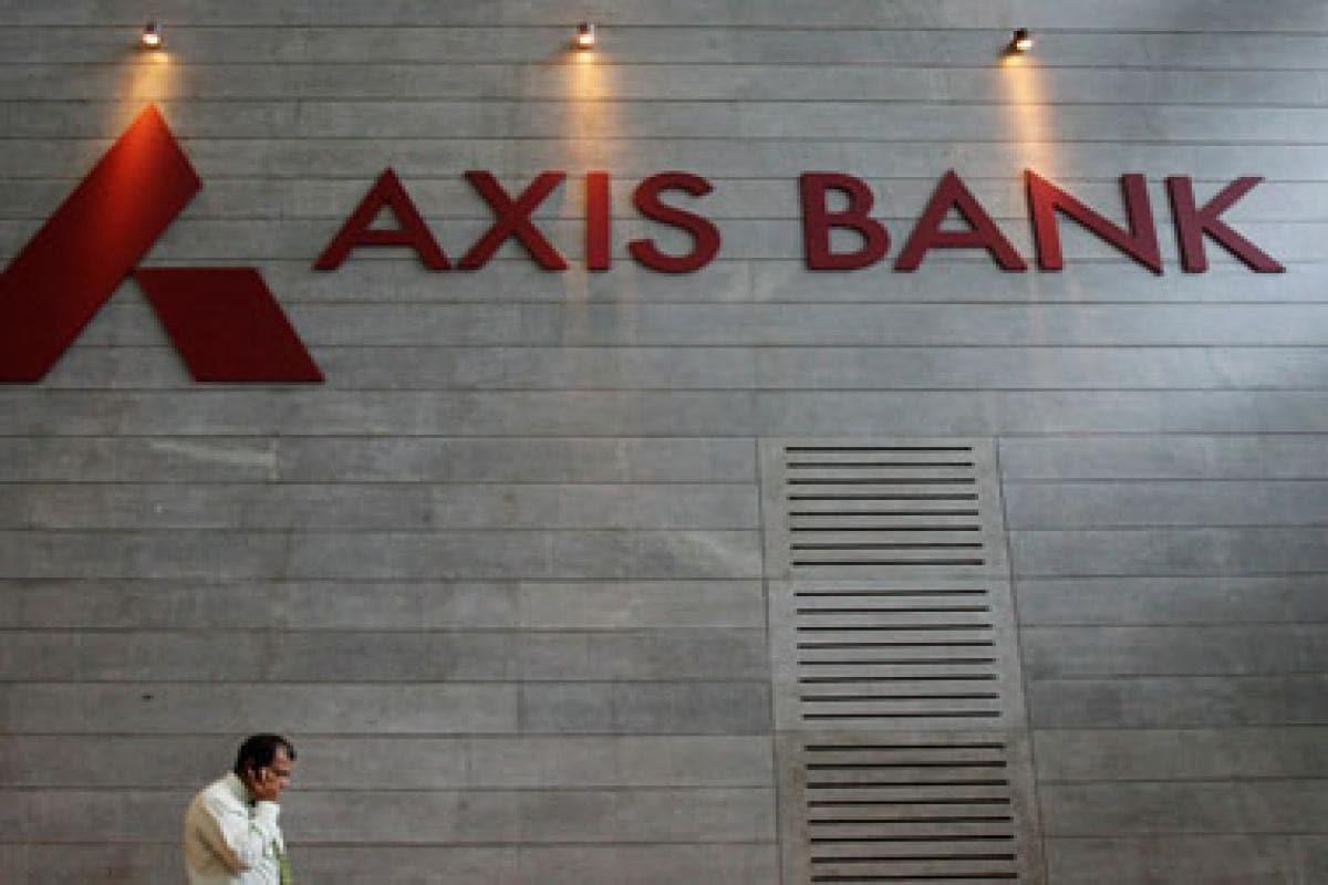દેશની સૌથી મોટી બેંક સ્ટેટ બેંક ઓફ ઇન્ડિયાએ પ્રથમ વખત એમસીએલઆરમાં 0.15 ટકાનો ઘટાડો કરવાની જાહેરાત કરી. આરબીઆઇની 7 ઓગસ્ટે જાહેરાતના થોડા જ કલાકોમાં, આઈડીબીઆઈ બેંક અને ઓરિએન્ટલ બેંક ઓફ કોમર્સે તેમના દરોમાં 5-10 બેસિસ પોઇન્ટનો ઘટાડો કર્યો છે.