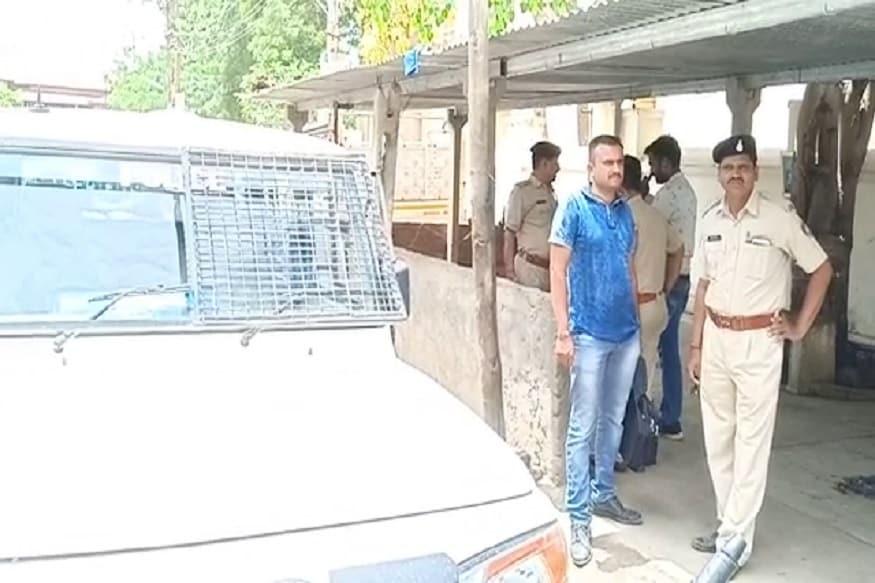 સુરેન્દ્રનગરમાં યુવકની તીક્ષ્ણ હથિયારના ઘા મારીને હત્યા કરવાની ઘટના સામે આવી છે. શહેરના માધ્ય વિસ્તાર પતરાવળી ચોકમાં બાપા સીતારામની મઢુલી પાસે હત્યા કરાયેલી યુવકની લાશ મળતા પોલીસ દોડતી થઇ હતી. પોલીસે ગુનો નોંધી વધુ તપાસ હાથધરી છે. (રાજુદાન ગઢવી, સુરેન્દ્રનગર)