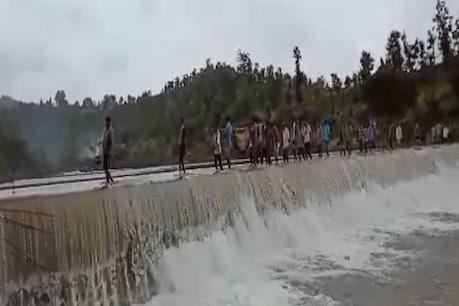 વલસાડઃ જે ચેકડેમ પરથી તણાયો હતો ત્યાંથી જ બાળકની નીકળી અંતિમયાત્રા