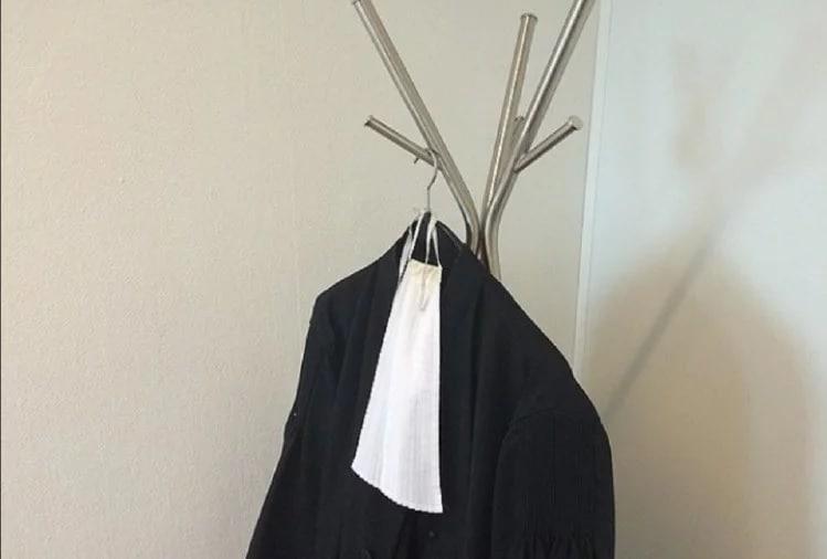 તે સમયે કોર્ટે સોનેરી લાલ ડ્રેસ અને બ્રાઉન ઝભ્ભા પહેરાવ્યા હતા. ત્યારબાદ વર્ષ 1600માં વકીલોએ પહેરવેશમાં બદલાવ કર્યો અને 1637માં દરખાસ્ત કરવામાં આવી કે કાઉન્સિલે જાહેર જનતા અનુસાર કપડાં પહેરવા જોઈએ. ત્યારબાદ વકીલોએ લાંબા ગાઉન પહેરવાનું શરૂ કર્યું. તે સમયે માનવામાં આવે છે કે તે સમયના આ પહેરવેશ ન્યાયાધીશો અને વકીલોને અન્ય વ્યક્તિથી અલગ પાડે છે.