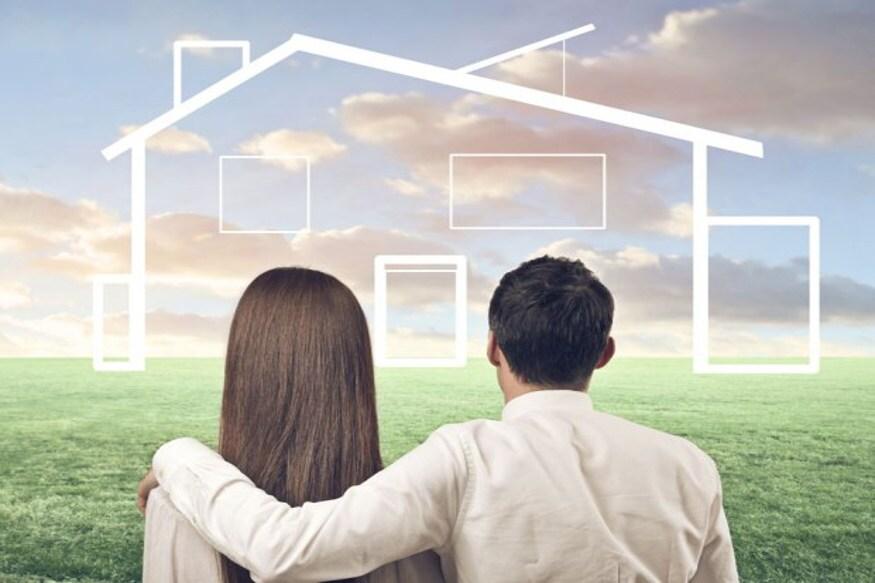 પોતાનું ઘર વસાવવાની યોજના બધાને હોય છે પરંતુ કેટલાક લોકો જ આ સપનાને પૂરું કરી શકે છે. જો તમે પણ પોતાનું ઘર ખરીદવા માંગો છો તો યોગ્ય સમયે યોગ્ય પ્લાનિંગ કરી તેને સરળતાથી પૂરૂં કરી શકો છો. ફાઇનેન્સિયલ એક્સપર્ટ્સ અનેકવાર કહે છે કે ઓછી ઉંમરે પ્લાનિંગ (Financial Planning) આપના જીવનભરના લક્ષ્યો (Financial Goals)ને પૂરા કરી દે છે. જો તમે લોન લેતી વખતે થોડી સમજદારી દર્શાવો તો આપનું ખરીદેલું ઘર બિલકલ મફત જેવું લાગશે અને જેટલાની લોન લીધી છે, તેનાથી વધુ રૂપિયા કમાઈ લેશો. આવો જાણીએ આ પ્લાનિંગ વિશે...