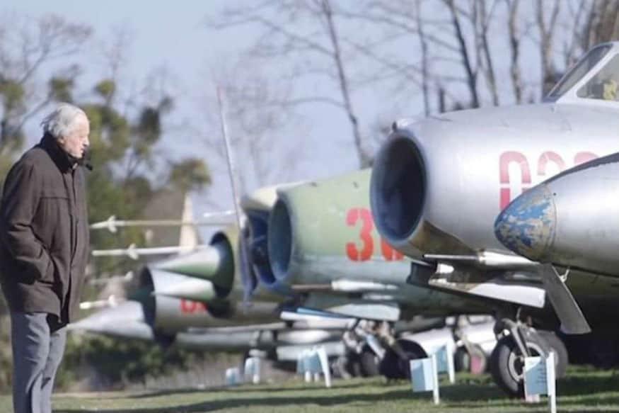 શ્રીલંકા કે બાંગ્લાદેશ પાસે પણ જેટલા લડાકૂ વિમાન છે તેના કરતા વધુ લડાકૂ વિમાન આ માણસ પાસે છે. જેમાં લેટેસ્ટ એફ 16 વિમાન પણ સમાવિષ્ટ છે. અને સૌથી મોટી વાત કે તે કોઇ દેશના વડા નથી. આ ભાઇનું નામ છે મિશેલ પોન્ટ અને તે ફ્રાંસના રહેવાસી છે. 87 વર્ષીય મિશેલના બેકયાર્ડમાં આ તમામ વિમાનો પડ્યા રહે છે.