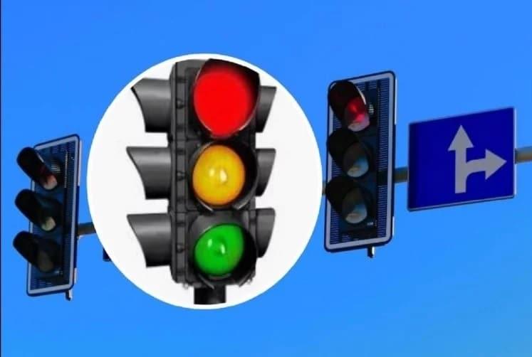 ટ્રાફિક લાઇટના આ ત્રણ રંગોનો અર્થ જાણો, લાલ રંગ ટ્રાફિક લાઇટનો અર્થ એ છે કે તમે કારને રોકો છો. જ્યારે ટ્રાફિક લાઇટ પીળી હોય, ત્યારે તમારે આગળ વધવા માટે તૈયાર હોવું જોઈએ અને લીલી થતાં જ તમે આગળ વધો.